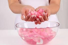 Apa de trandafiri, o minune pentru pielea ta