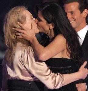 Meryl Streep si Sandra Bullock s-au sarutat la gala Critics' Choice Awards de la Los Angeles