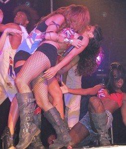 Miley Cyrus – sarut fierbinte pe scena