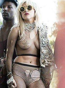 Foto Lady Gaga, cu sanii la vedere