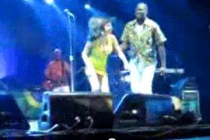 Ups!!! Amy Winehouse cade pe scena