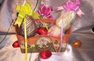 Idei de cadouri pentru Paste – Cos cu oua si iepurasi de ciocolata