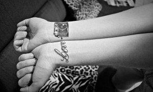 """Tatuaje inspirationale. Tatuaje cu """"Love"""" pentru fete"""